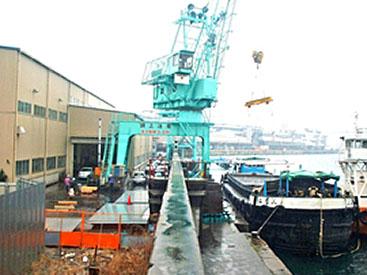 船舶の接岸岸壁とジグクレーン